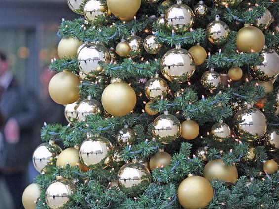Украшение елки в золотых или серебряных тонах
